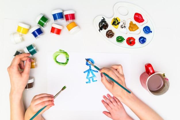 Peinture des mains de l'enfant