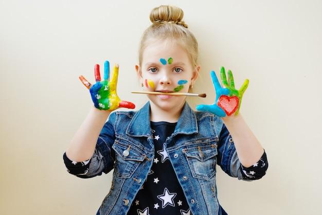Peinture sur les mains des enfants. petit artiste créatif au travail.