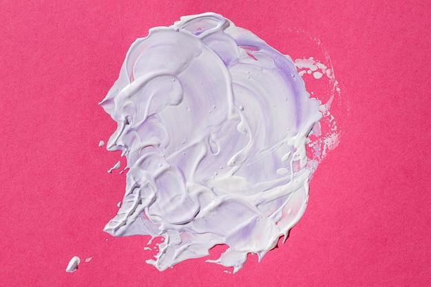 Peinture mixte sur fond rose