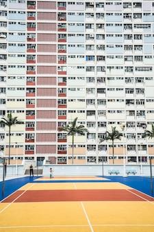 Peinture murale blanche immeuble de grande hauteur pendant la journée