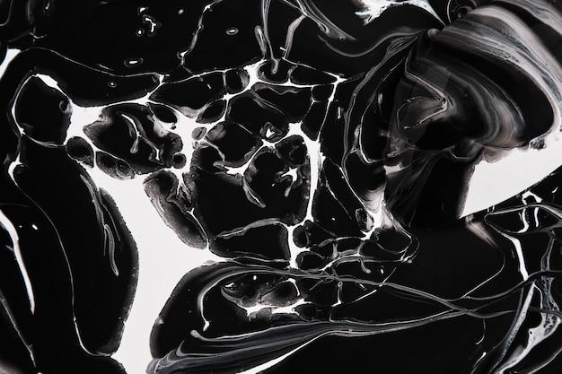 De la peinture noire et blanche est renversée