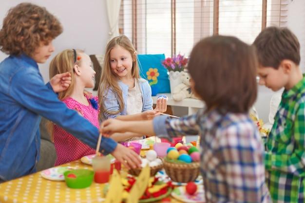 La peinture des œufs de pâques par une fille est toujours meilleure