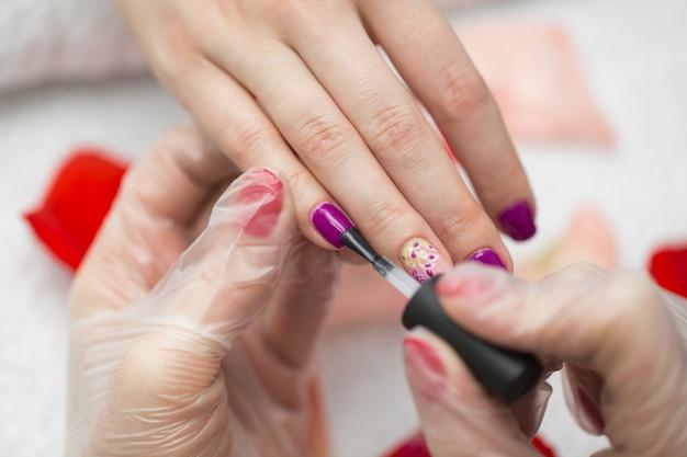 Peinture à ongles manucure couleur rose
