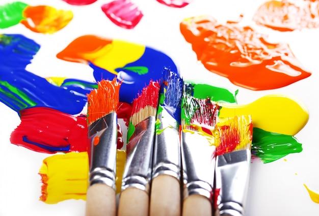 Peinture et pinceaux colorés