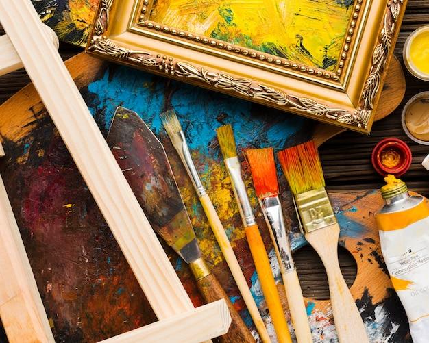 Peinture et pinceaux plats