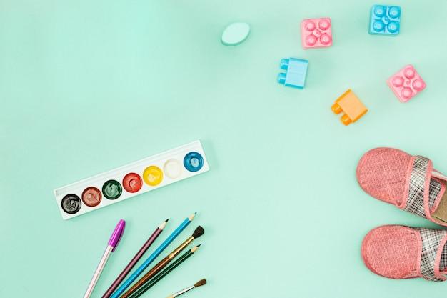 Peinture et pinceaux. retour au concept de l'école.