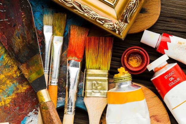 Peinture et pinceaux vue de dessus