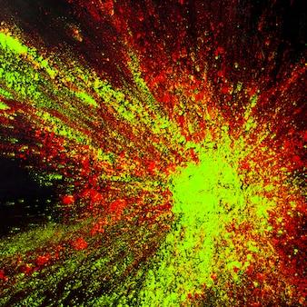Peinture en poudre de couleurs mélangées explosant sur un fond noir