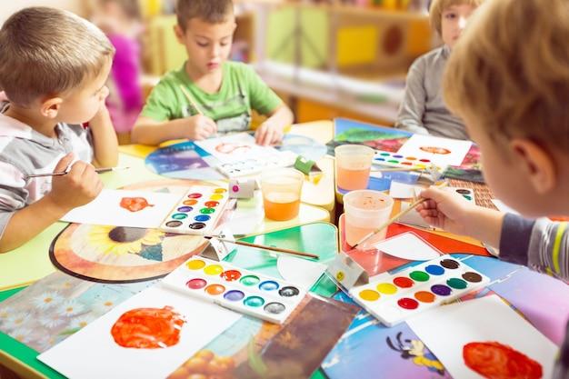 Peinture pour garçons d'âge préscolaire