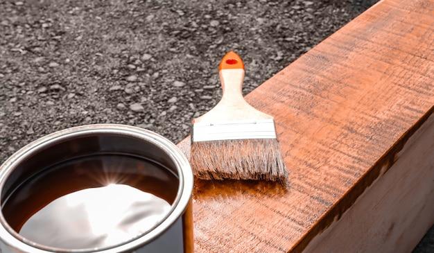 Peinture de produit en bois et pinceau à peinture revêtement de bois de passe-temps à la maison avec des peintures et des vernis