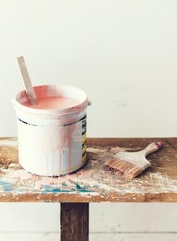 Peinture rose dans un seau