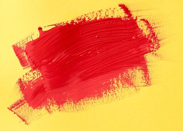 Peinture rouge sur fond jaune