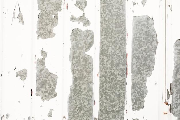 La peinture s'écaille de la surface métallique