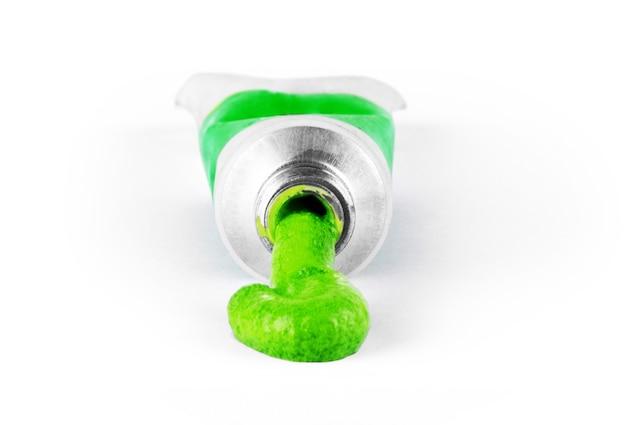 Peinture verte sortant du tube