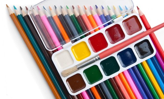 Peintures à l'aquarelle et crayons de couleur isolés