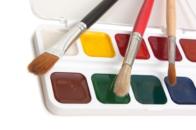 Peintures à l'aquarelle et pinceaux isolés