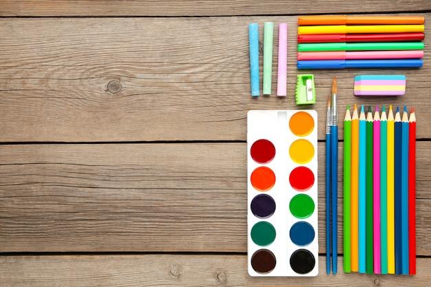 Peintures aquarelles, crayons et pinceaux sur gris. fournitures de peinture