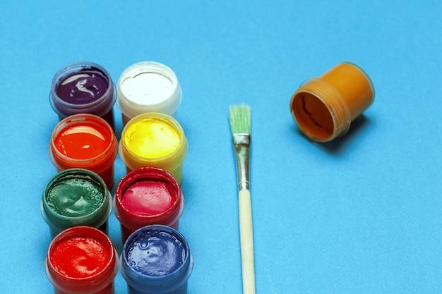 Peintures colorées sur le bleu punchy