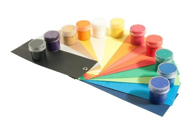 Peintures et papiers colorés