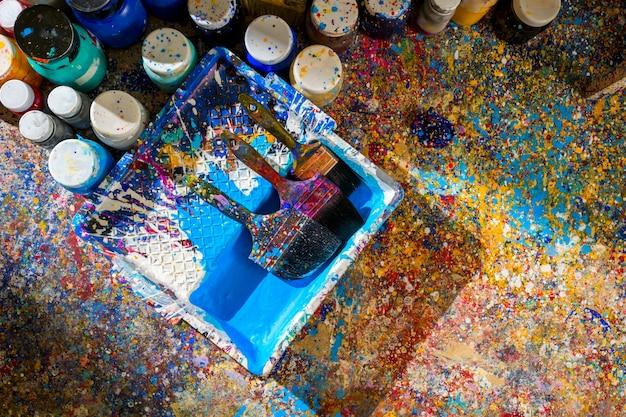 Peintures et pinceaux acryliques
