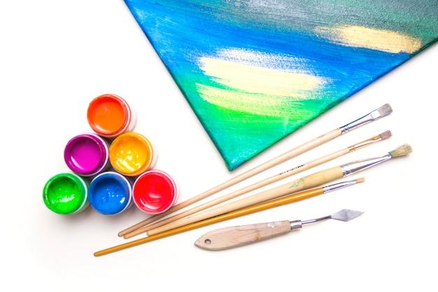 Peintures et pinceaux. peinture sur toile. pots avec de la peinture et des pinceaux d'art colorés.