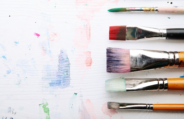Peintures et pinceaux.