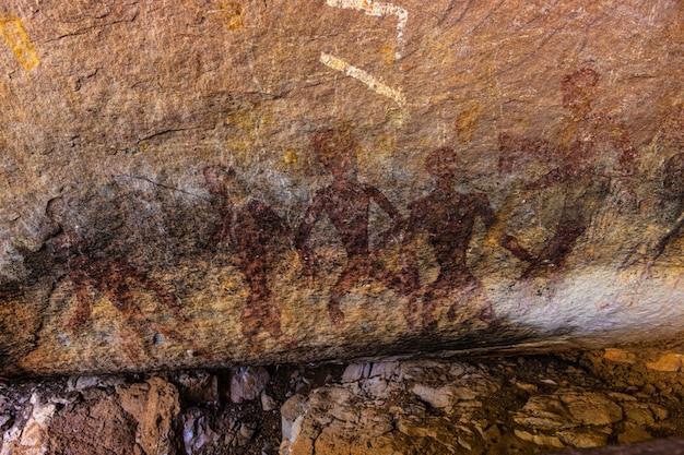 Peintures préhistoriques dans la grotte du parc historique de phu phra bat, province d'udonthani, thaïlande.