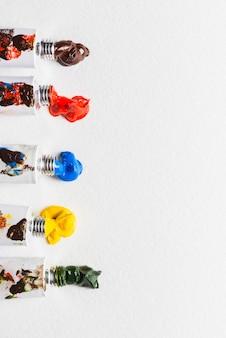 Des peintures pressées près des tubes