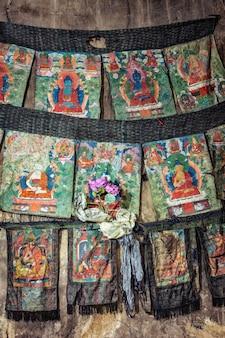 Peintures religieuses bouddhistes de thankas sur soie