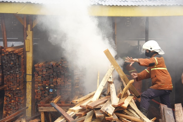 Pekanbaru indonésie 1 août 2015 les pompiers tentent d'éteindre un incendie qui engloutit une communauté