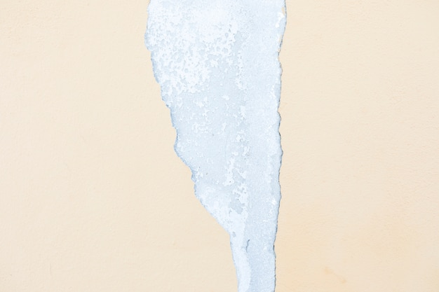 Peler sur un mur en béton