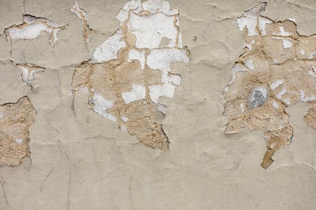 Peler le plâtre sur une surface rugueuse