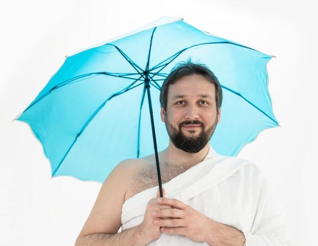 Pèlerin hajj avec parapluie