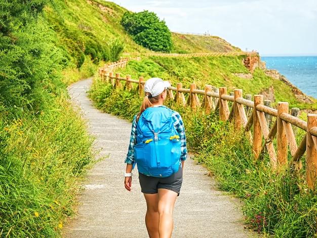 Pèlerin solitaire avec sac à dos à pied le camino de santiago en espagne, chemin de saint jacques