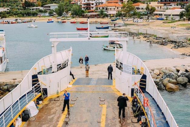 Pèlerins prennent un ferry pour la montagne sacrée athos