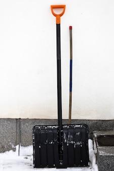 Pelle d'hiver avec pied de biche dans la rue au porche. photo de haute qualité