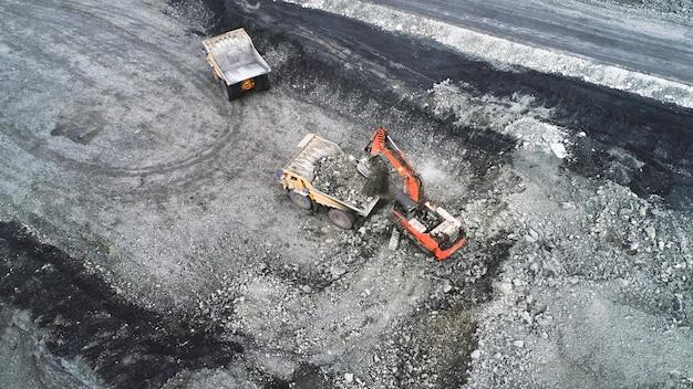 Une pelle hydraulique charge un camion-benne