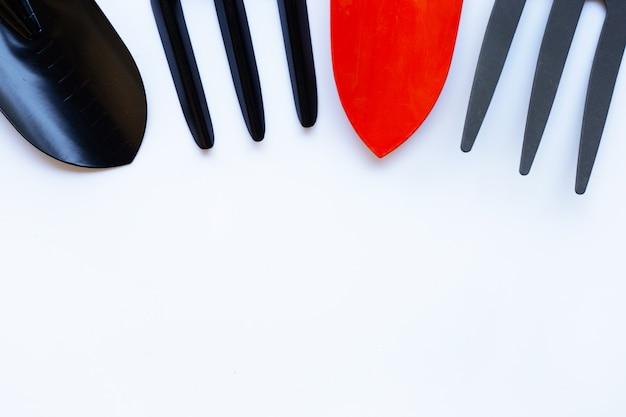 Pelle de jardin et fourchette isolé sur fond blanc