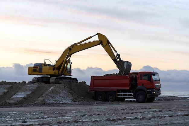 Pelle jaune travaillant sur chantier. la construction de la route.