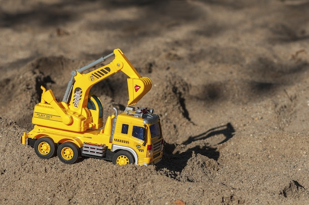 Pelle jouet dans le sable. jouet pour enfants