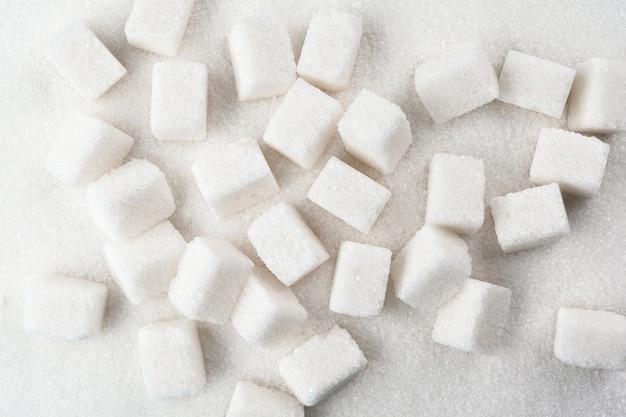 Pelle à sable blanc et sucre en poudre bouchent
