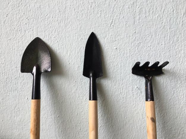 Pelles en acier et manche en bois