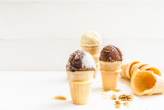Pelles à crème glacée dans des cornets à gaufres