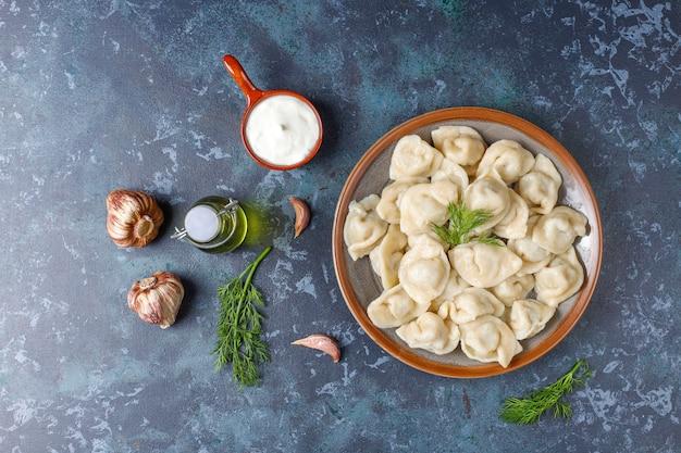 Pelmeni ou boulettes russes traditionnelles avec de la viande.
