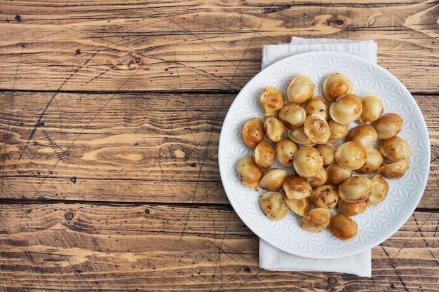 Pelmeni frits traditionnels, raviolis, boulettes farcies de viande sur assiette, cuisine russe. table rustique en bois, copiez l'espace.