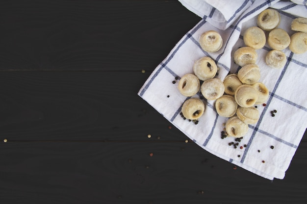 Pelmeni russe traditionnel sur une table en bois rustique. raviolis faits maison. produits semi-finis. espace de copie gratuit.