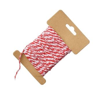 Pelote de fil culinaire textile rouge et blanc isolé sur fond blanc, gros plan