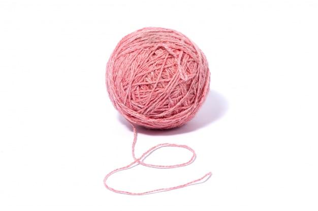 Pelote de fil de laine rose isolé sur blanc
