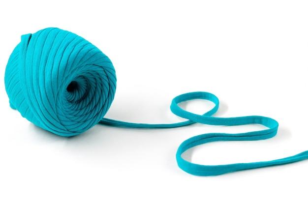 Pelote de fil tricoté turquoise,