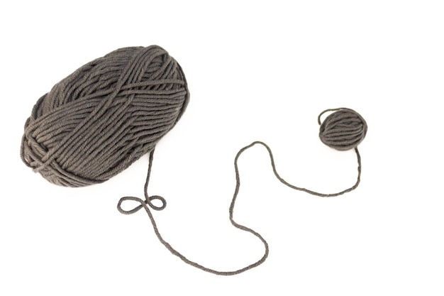 Pelote de laine grise close up isolé sur une surface blanche